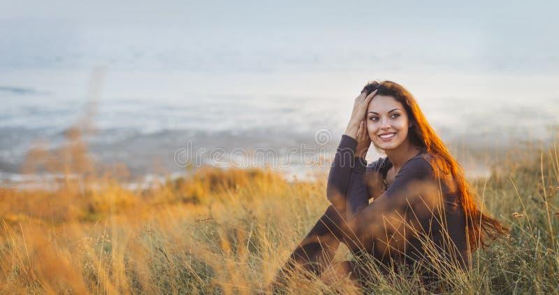 Portret piękna brunetki kobieta przy wietrznym jesień dniem fotografia stock