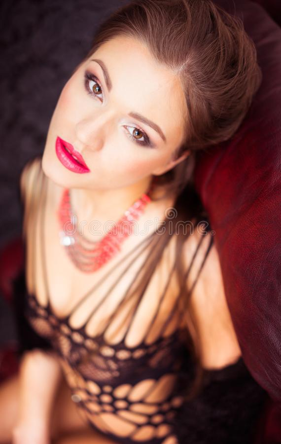Portret piękna brunetki kobieta w eleganckiej bieliźnie zdjęcie stock