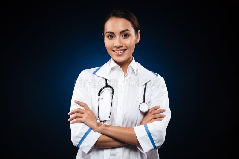 Portret piękna brunetki pielęgniarka odizolowywająca nad czernią zdjęcia stock