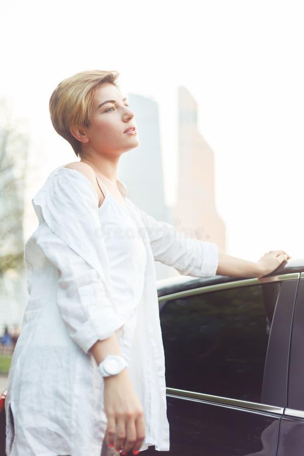 Portret piękna caucasian kobieta blisko jej samochodu zdjęcia royalty free
