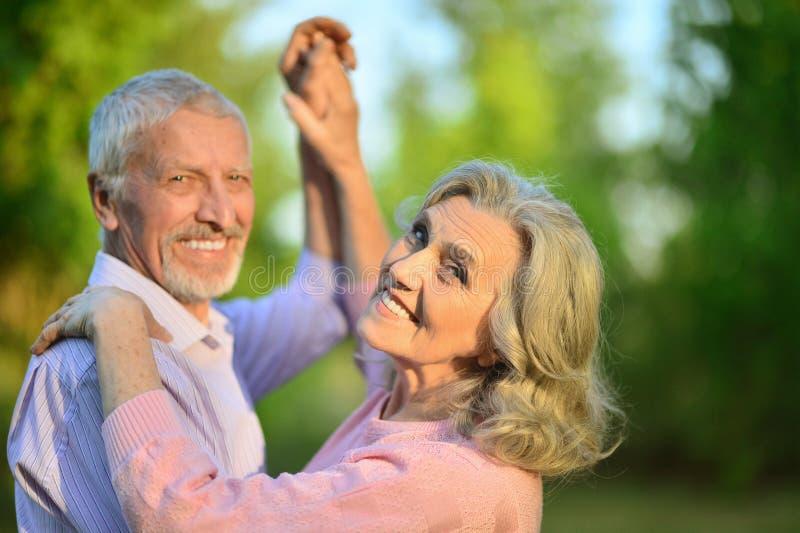 Portret piękna caucasian starsza para w parkowym danci zdjęcia stock