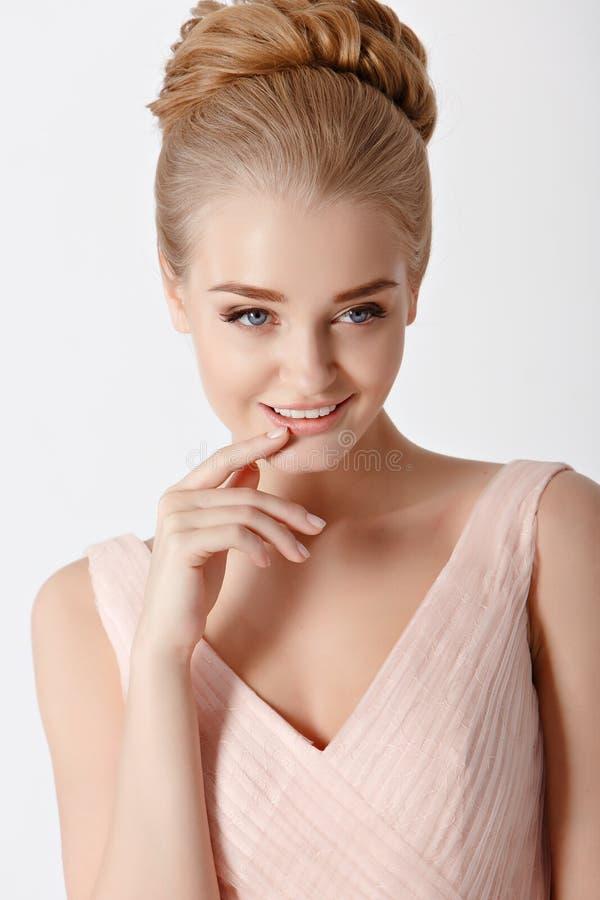 Portret piękna delikatna zmysłowa młoda blondynki kobieta z zdjęcie stock