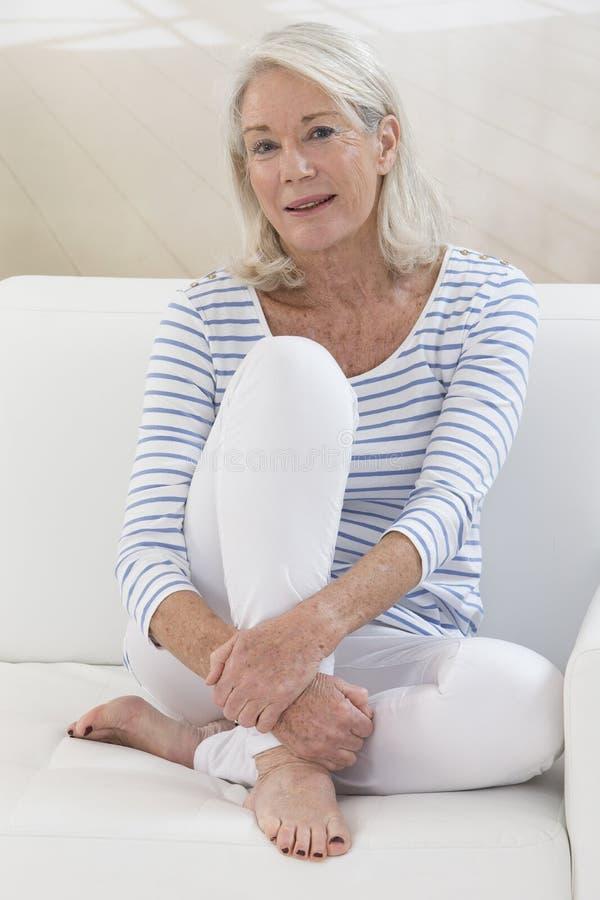 Portret piękna dojrzała starsza kobieta patrzeje kamerę zdjęcia royalty free