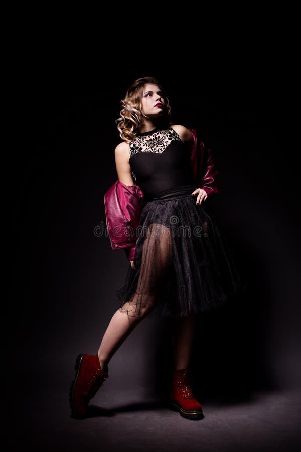 Portret piękna dysponowana młoda baleriny dziewczyna w czarny baletniczy i przypadkowym odziewa obrazy royalty free
