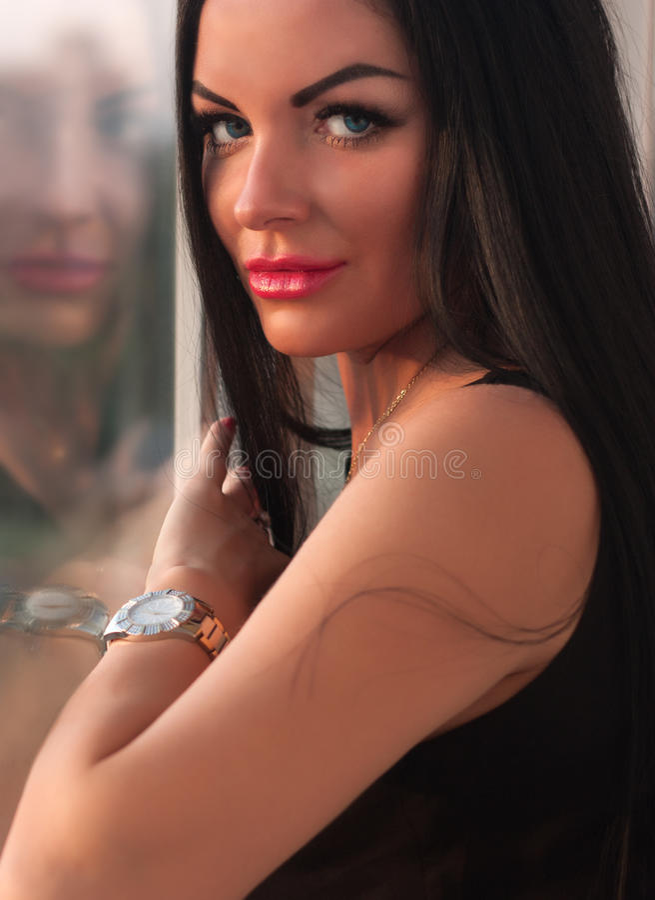 Portret piękna dziewczyna blisko okno obraz royalty free