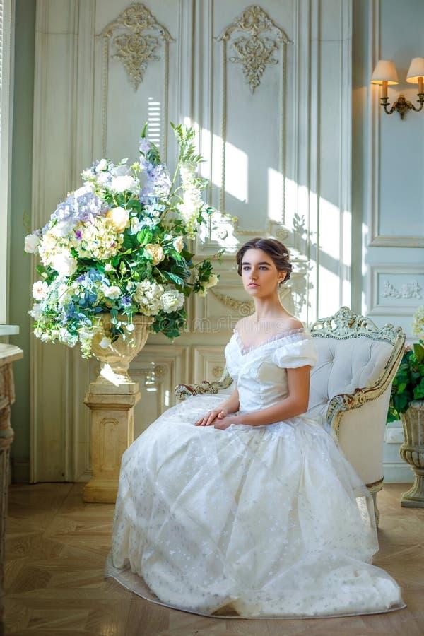 Portret piękna dziewczyna w balowej todze w wnętrzu Pojęcie czułość i czysty piękno w słodkim princess spojrzeniu Beautif fotografia royalty free