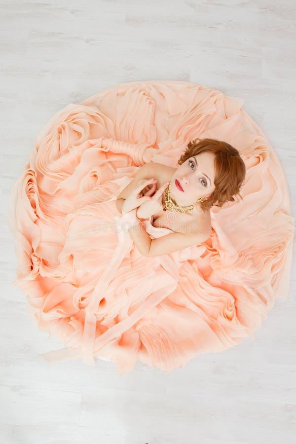 Portret piękna dziewczyna w beżowej brzoskwini sukni obraz royalty free