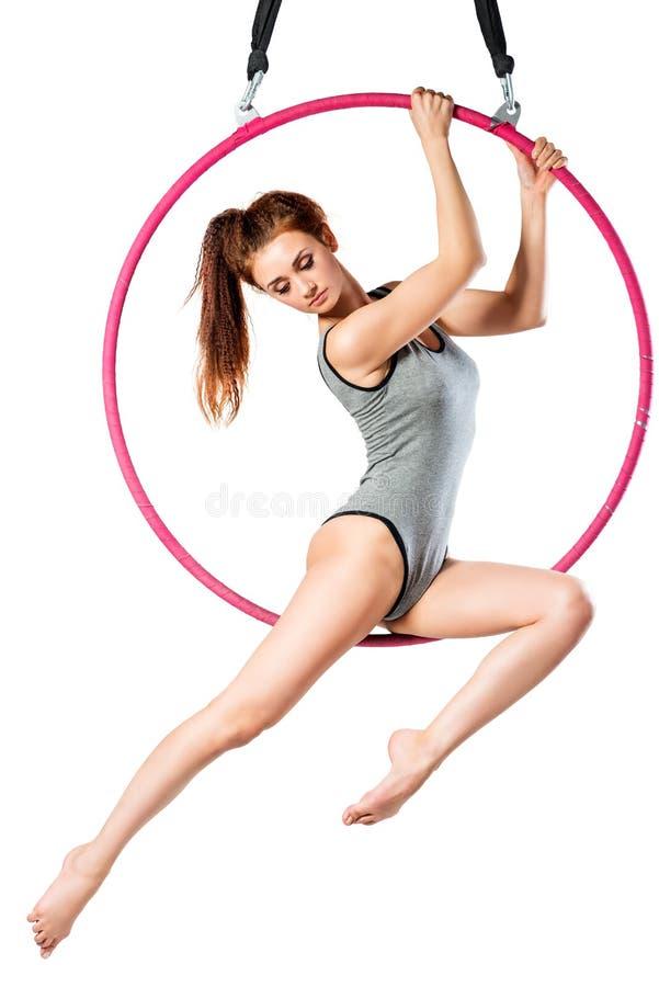 Portret piękna dziewczyna w ciele w powietrze pierścionku na bielu obrazy royalty free