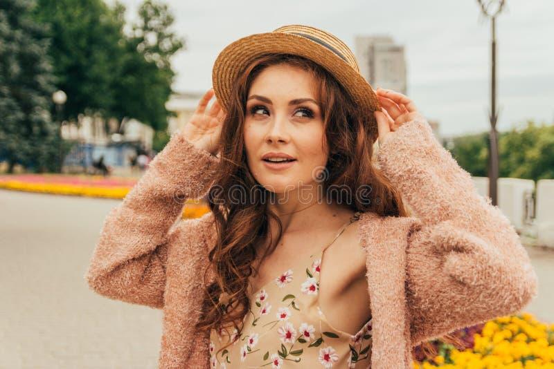 Portret piękna dziewczyna w kapeluszu, utrzymania włosy od wiatru E Portret miedzianowłosa dziewczyna obrazy stock