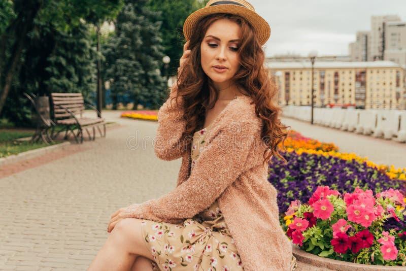 Portret piękna dziewczyna w kapeluszu, utrzymania włosy od wiatru E Portret miedzianowłosa dziewczyna obrazy royalty free