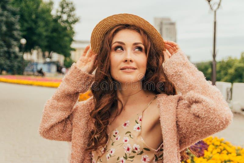 Portret piękna dziewczyna w kapeluszu, utrzymania włosy od wiatru E Portret miedzianowłosa dziewczyna zdjęcie stock