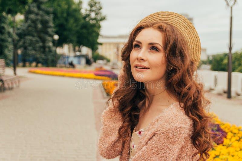 Portret piękna dziewczyna w kapeluszu, utrzymania włosy od wiatru E Portret miedzianowłosa dziewczyna zdjęcia royalty free
