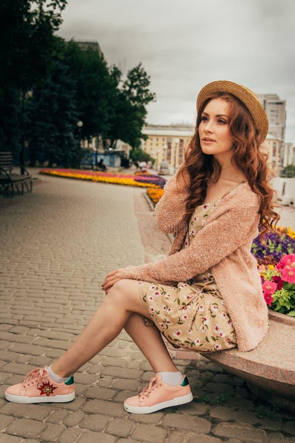 Portret piękna dziewczyna w kapeluszu, utrzymania włosy od wiatru E Portret miedzianowłosa dziewczyna zdjęcia stock