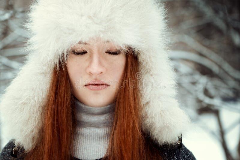 Portret piękna dziewczyna w parku obraz stock