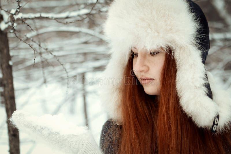 Portret piękna dziewczyna w parku fotografia royalty free