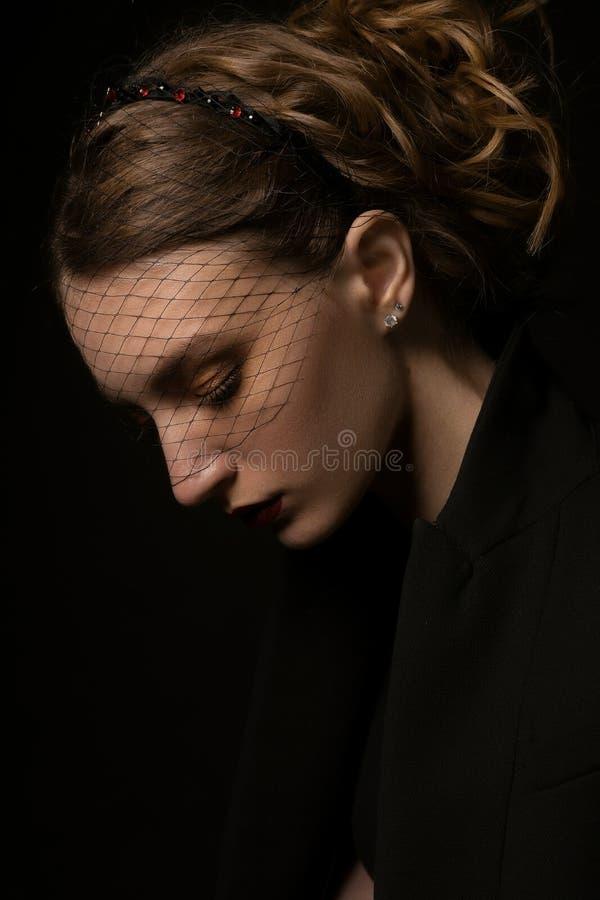 Portret piękna dziewczyna w przesłonie na czarnym tle fotografia stock