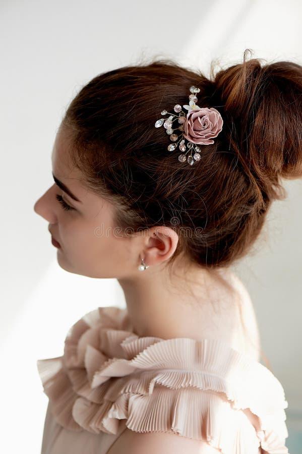 Portret piękna dziewczyna z ciemnego włosy i światła porcelany skórą Włosy w babeczce Włosiany akcesoryjny handmade zdjęcie royalty free