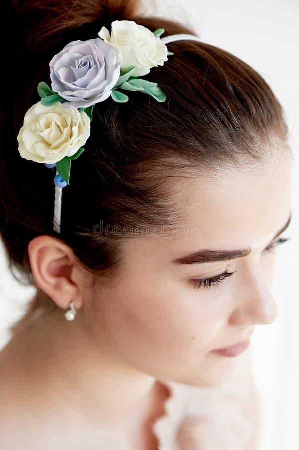 Portret piękna dziewczyna z ciemnego włosy i światła porcelany skórą Włosy w babeczce Włosiany akcesoryjny handmade zdjęcia royalty free