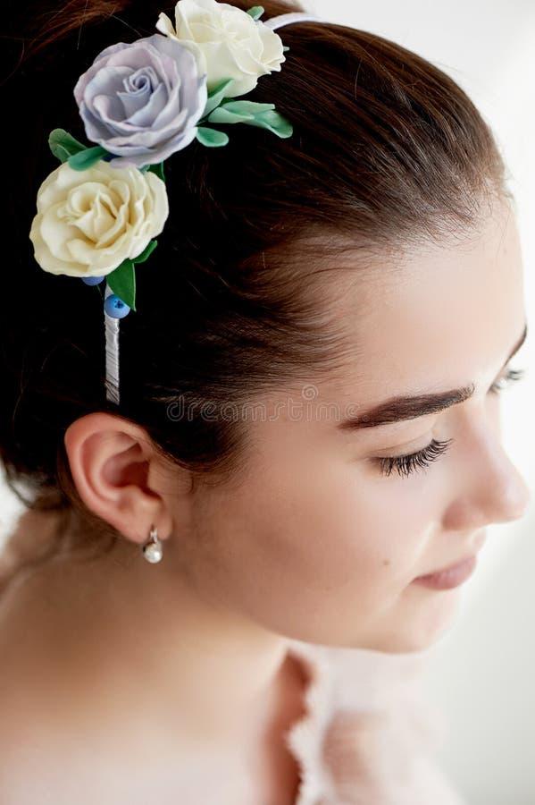 Portret piękna dziewczyna z ciemnego włosy i światła porcelany skórą Włosy w babeczce Włosiany akcesoryjny handmade obraz royalty free