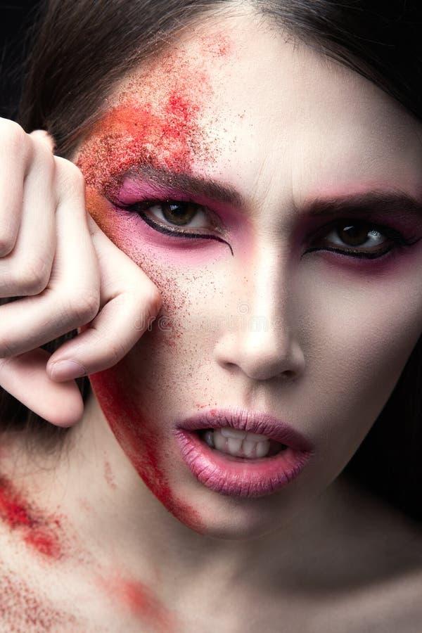 Portret piękna dziewczyna z czerwoną farbą na jej twarzy Sztuki piękna wizerunek obraz royalty free