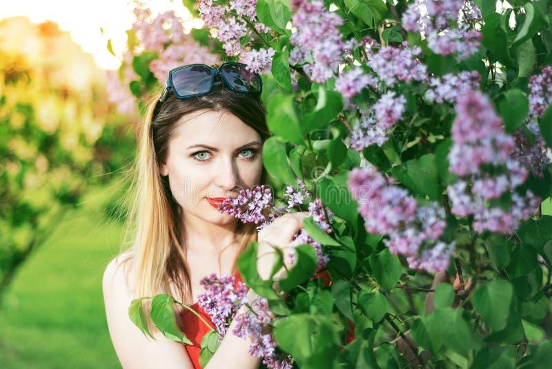 Portret piękna dziewczyna z czerwoną pomadką na jej wargach obraz royalty free