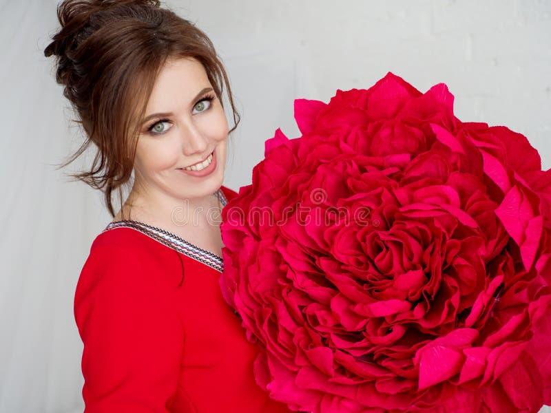 Portret piękna dziewczyna z czerwonym sztucznym kwiatem zdjęcia stock