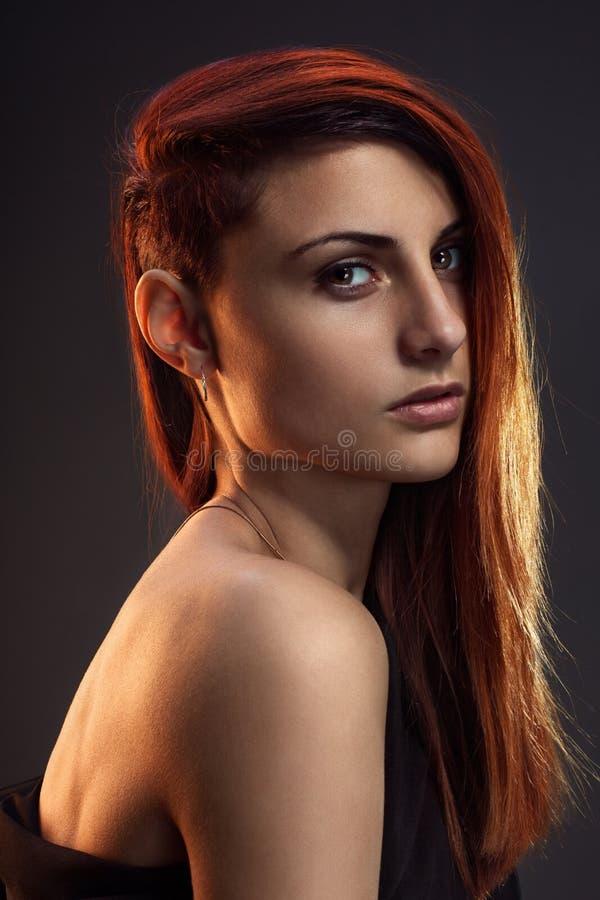 Portret piękna dziewczyna z czerwonym włosy fotografia royalty free