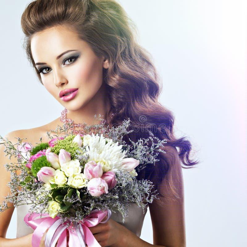 Portret piękna dziewczyna z kwiatami w rękach zdjęcie stock