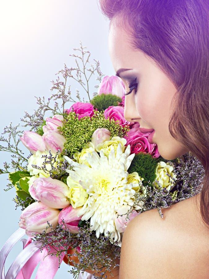 Portret piękna dziewczyna z kwiatami w rękach obraz stock