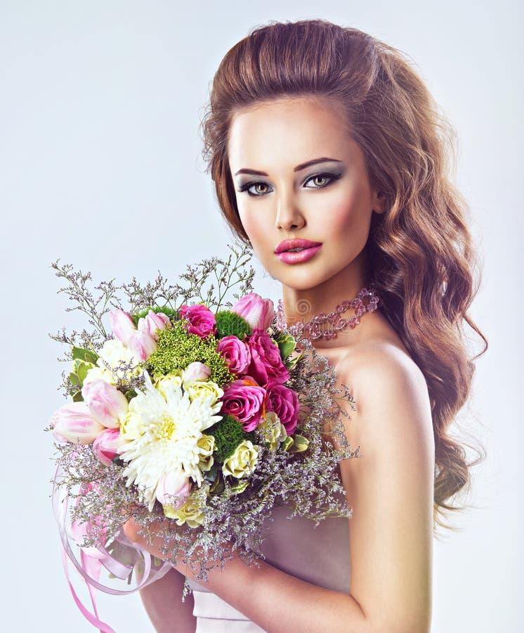 Portret piękna dziewczyna z kwiatami w rękach zdjęcia royalty free