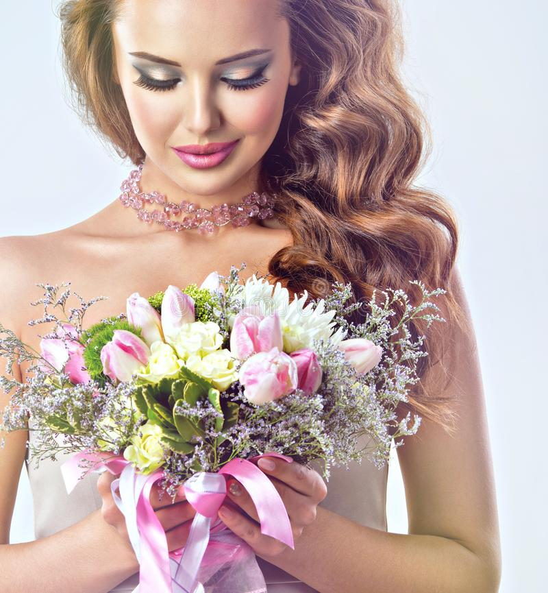 Portret piękna dziewczyna z kwiatami w rękach zdjęcia stock