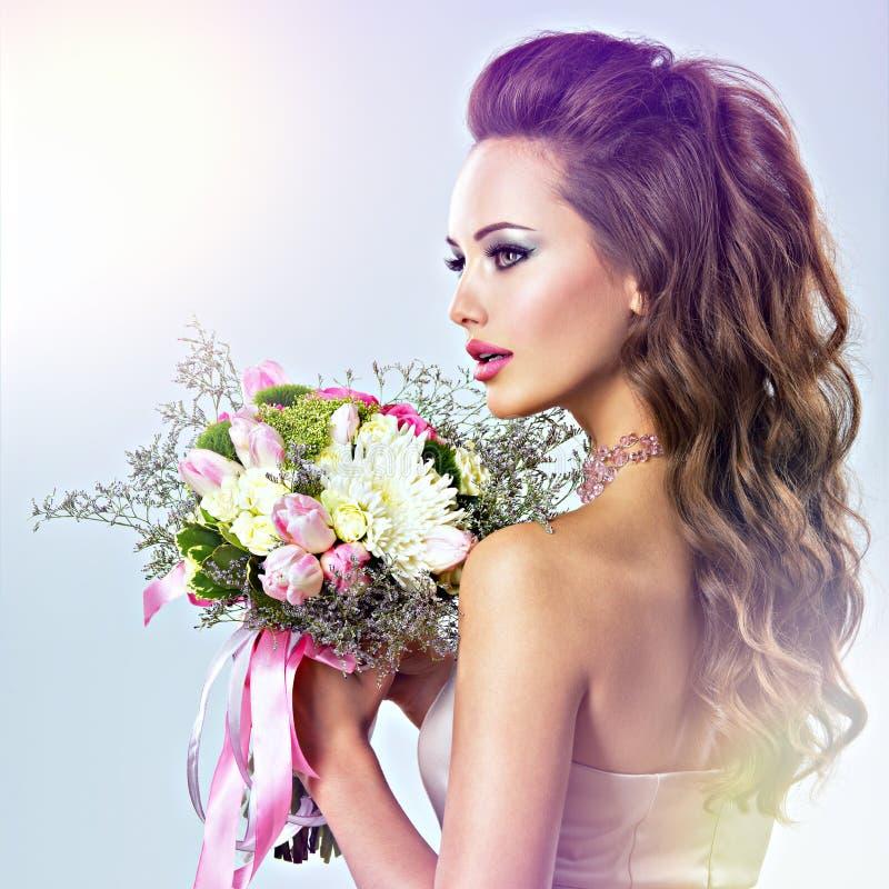 Portret piękna dziewczyna z kwiatami w rękach zdjęcie royalty free