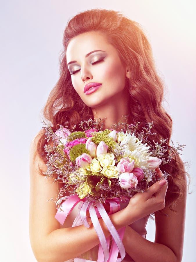Portret piękna dziewczyna z kwiatami w rękach obrazy royalty free