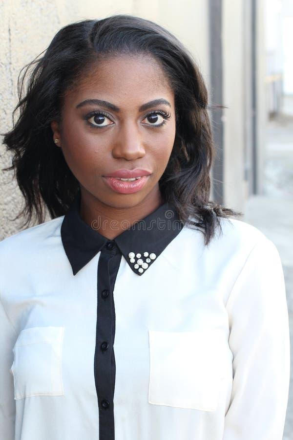 Portret piękna elegancka młoda afrykańska kobieta - Akcyjny wizerunek zdjęcia stock
