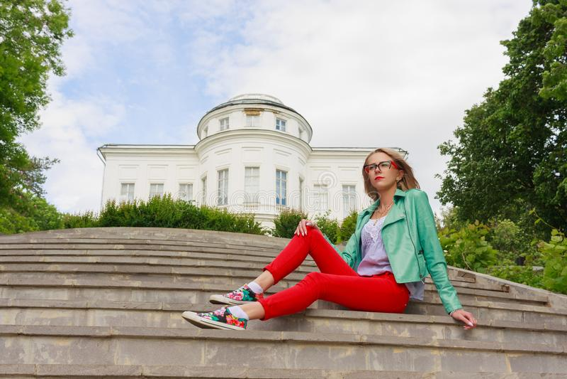 Portret piękna europejska kobieta siedzi om kroki zdjęcie stock