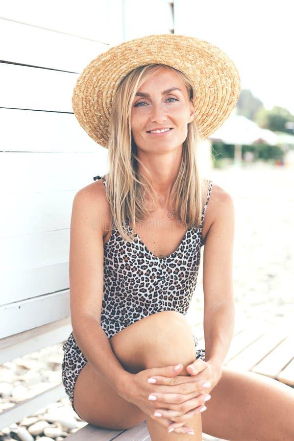 Portret piękna garbnikująca kobieta zdjęcie stock