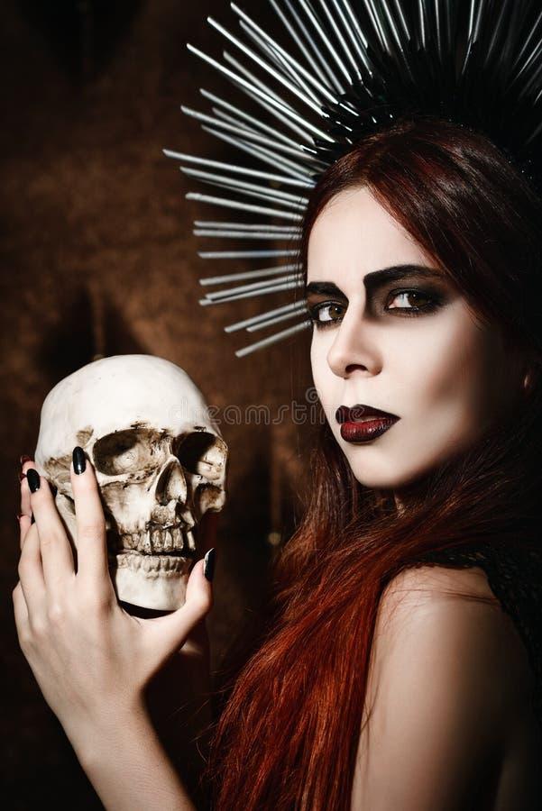 Portret piękna gothic dziewczyna trzyma czaszkę obrazy stock