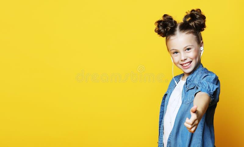 Portret piękna i ufna dziewczyna pokazuje aprobaty odizolowywał jeden żółtego tło kosmos kopii obrazy stock