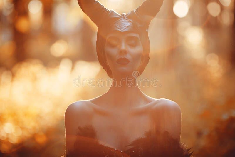 Portret piękna i zmysłowa brunetka modela dziewczyna w wizerunku Maleficent - bajki opowieść fotografia royalty free