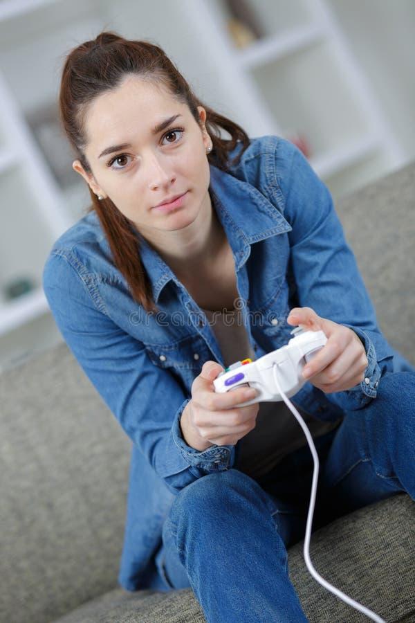 Portret piękna kobieta bawić się gra wideo w domu obraz royalty free