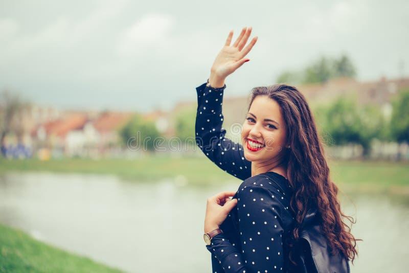 Portret piękna kobieta chodzi outdoors, macha jej rękę zdjęcie royalty free