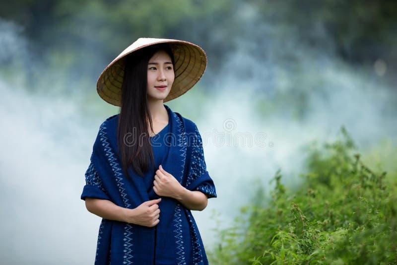 Portret piękna kobieta jest ubranym indygowego płótno farbującego od naturalnego zdjęcie royalty free