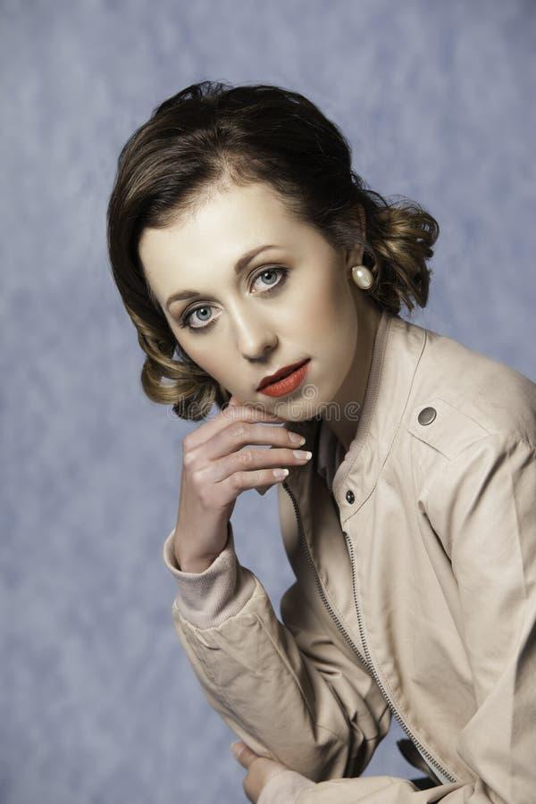Portret piękna kobieta jest ubranym retro fryzurę ubierał w rocznik odzieży obrazy stock