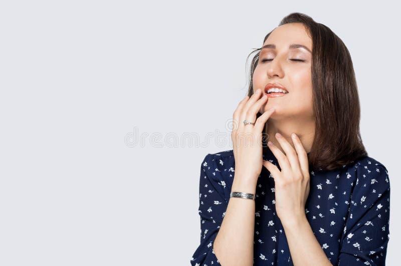 Portret piękna kobieta na białym odosobnionym tle, kopii przestrzeń zdjęcie royalty free