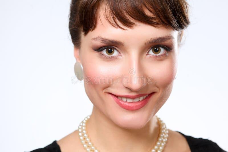 Portret piękna kobieta na popielatym tle, zdjęcia royalty free