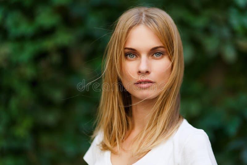 Portret piękna kobieta na tło zieleni drzewach zdjęcie royalty free