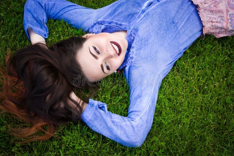 Portret piękna kobieta na trawie fotografia stock