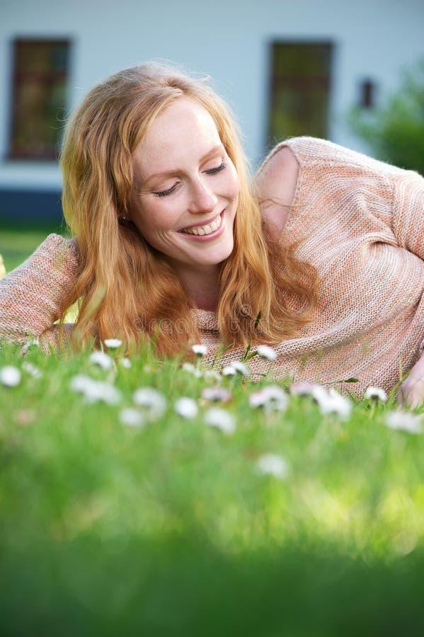 Portret piękna kobieta ono uśmiecha się outdoors obraz royalty free