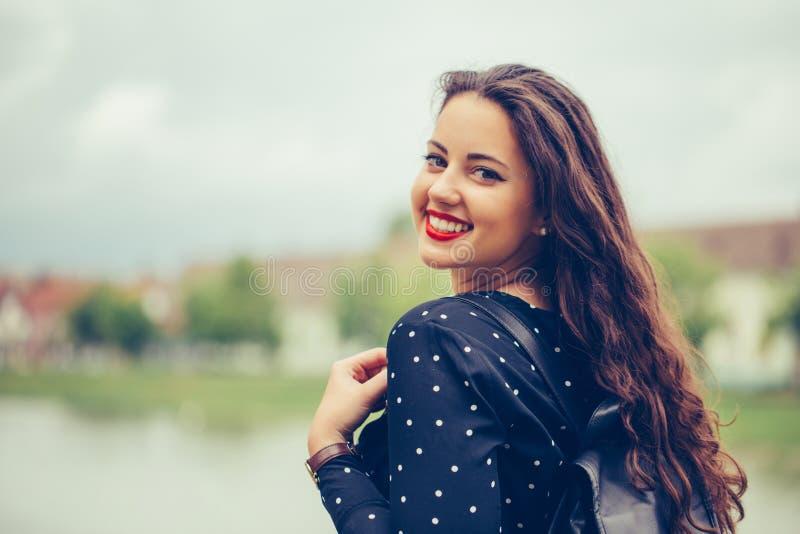 Portret piękna kobieta patrzeje kamerę z doskonalić uśmiechem obraz royalty free