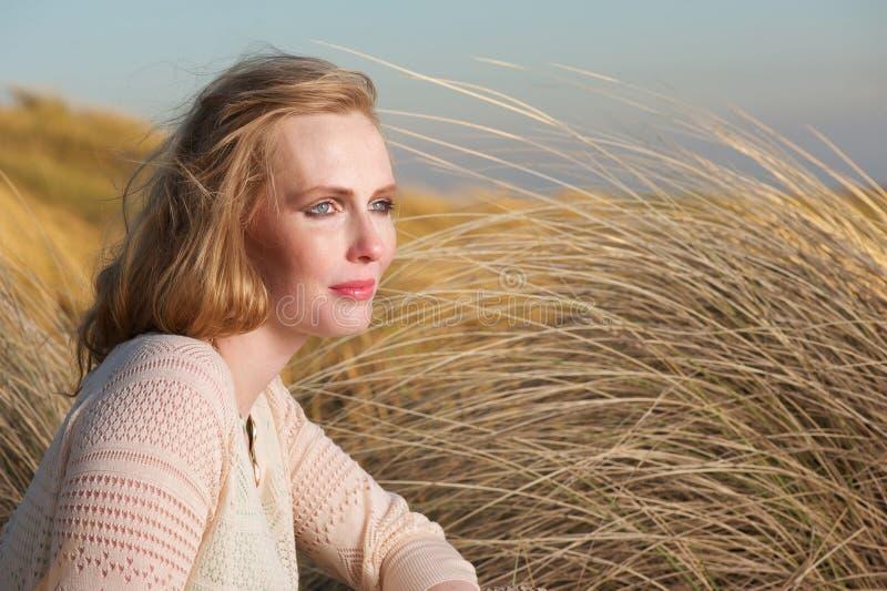 Portret piękna kobieta siedzi outdoors obraz stock